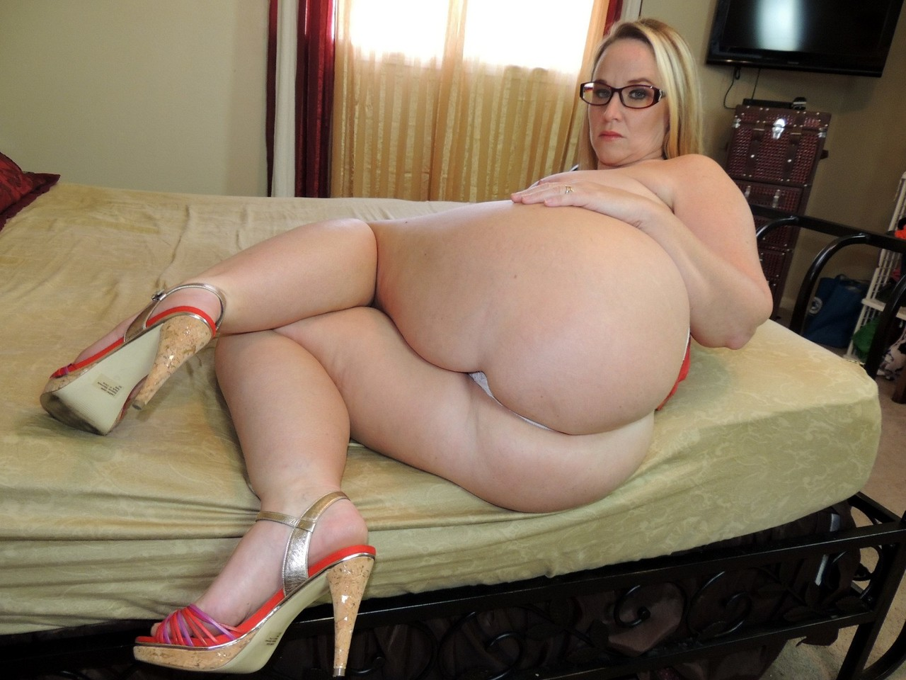 Overweight female Dee Siren drips jizz from chin and pussy ...