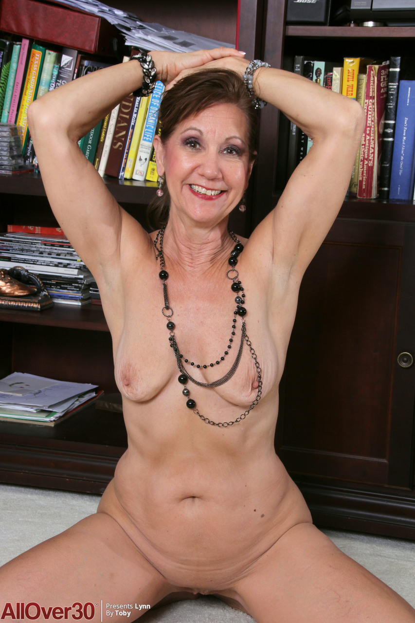 Mature lady gets around to showing her pink twat afore home entertainment unit