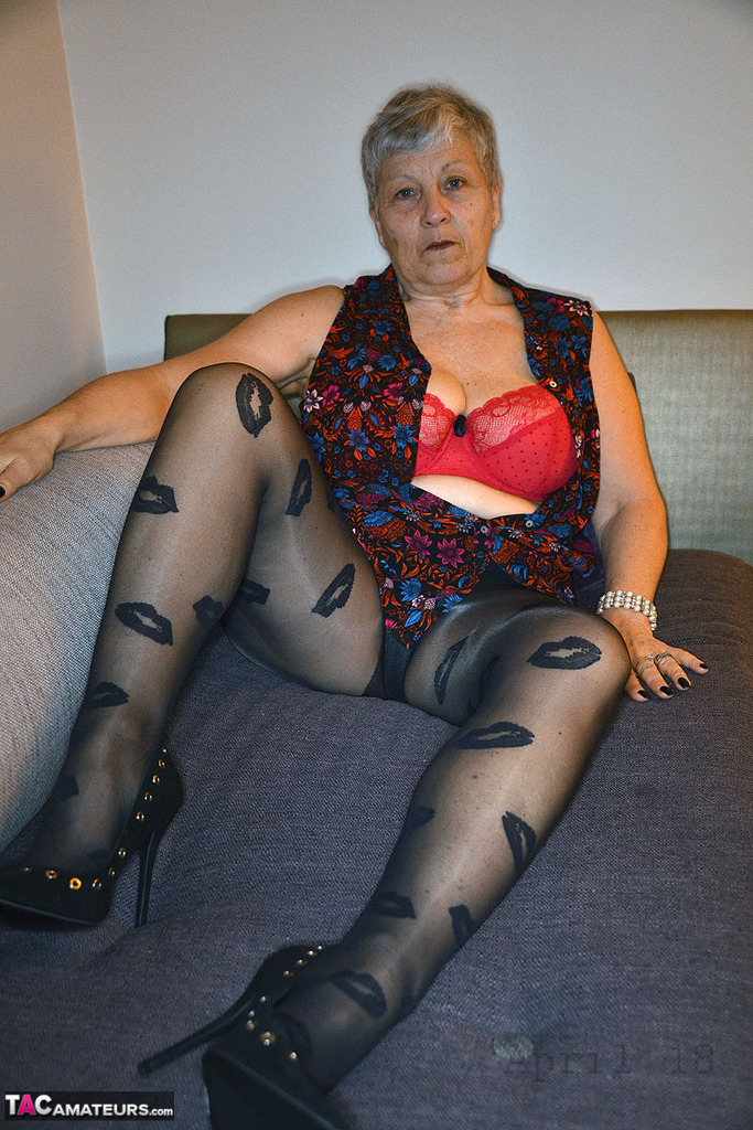 amateur naked chubby granny on knees rubbing clit