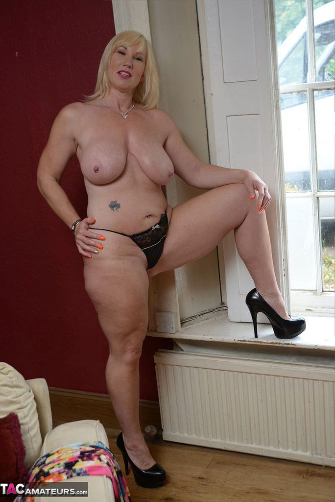 thick nude blonde amateurs