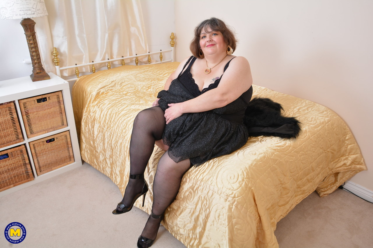 Her in bedroom masturbates Bbw