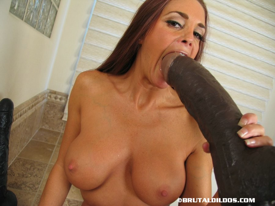 Naked mature woman Cheyenne inserts a huge dildo in her anal cavity