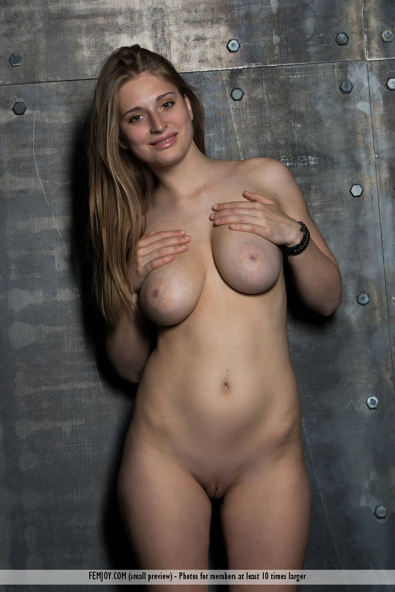 Teen model Bella O uncovers her great tits before exposing her bald pussy