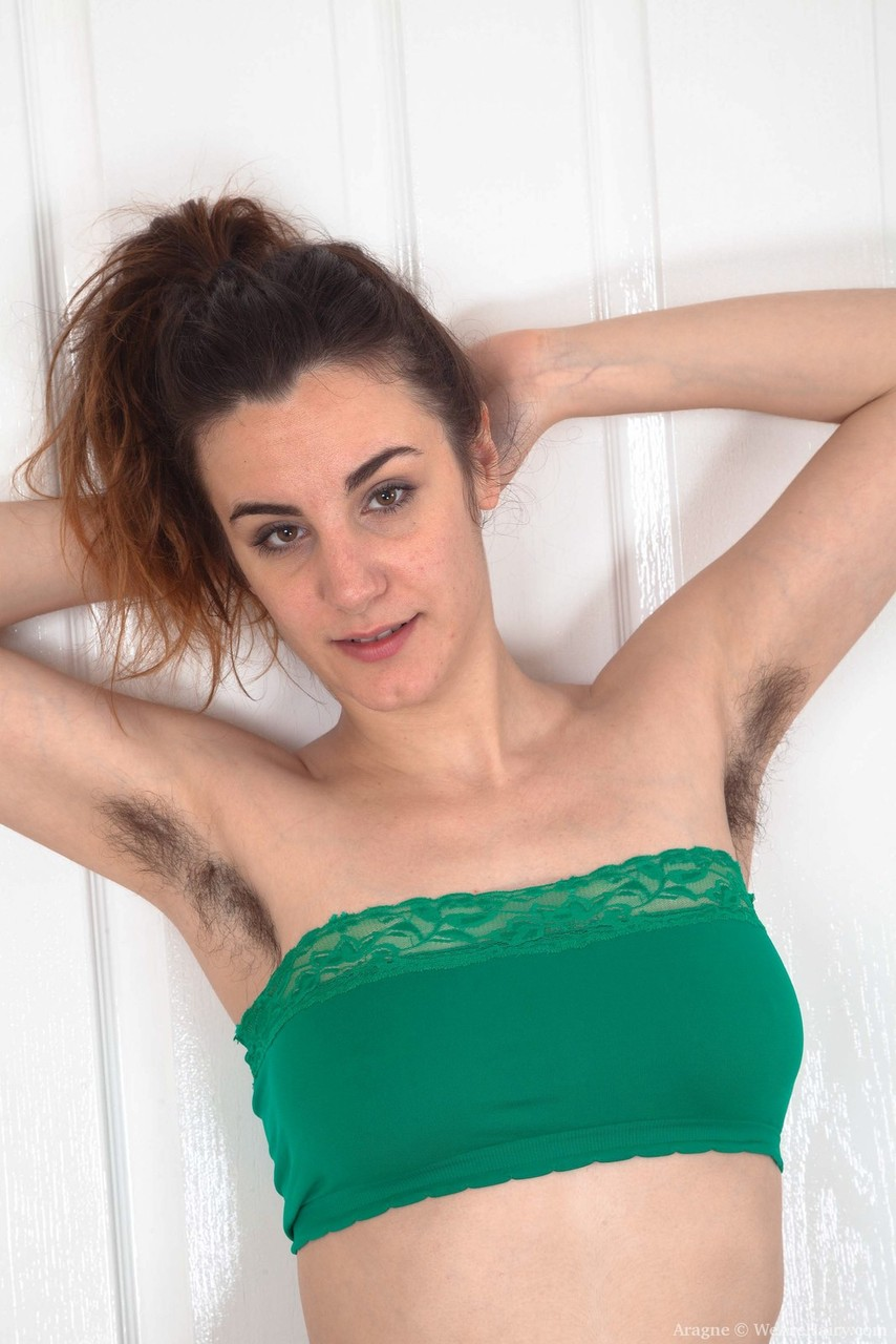 Hairy amateur Aragne stretches out her beaver after getting totally naked