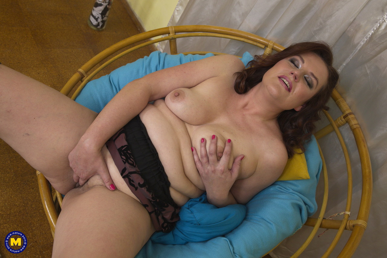 Older housewife satisfies her horny snatch with fingers and a dildo