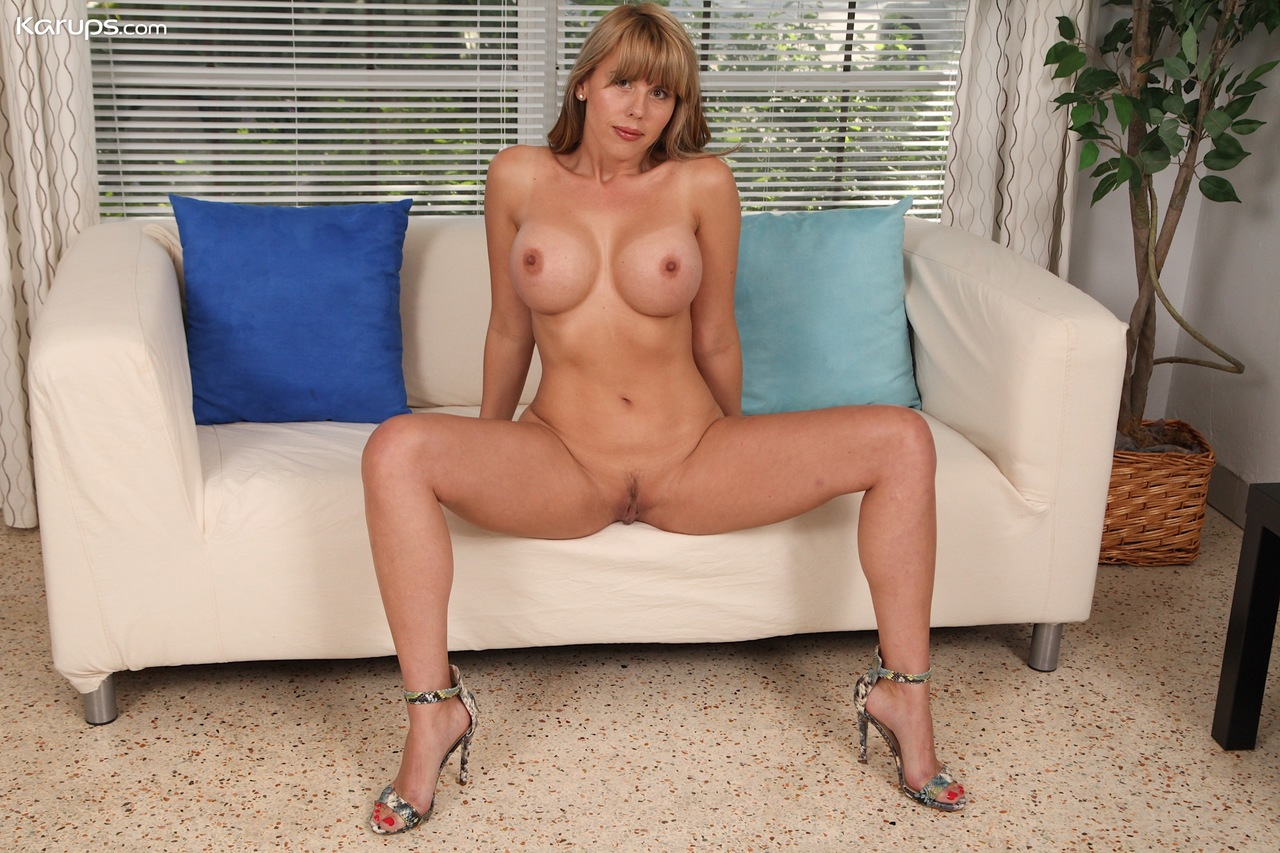 Hot mature woman Amber Chase makes her nude modeling debut