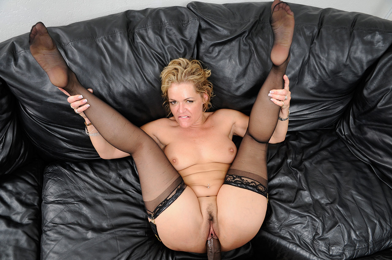 Milf Kelly Leigh Fucks The Delivery Boy