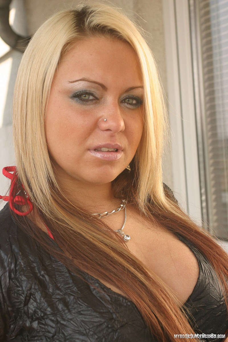 thick blonde doda benda frees her tits wearing black over