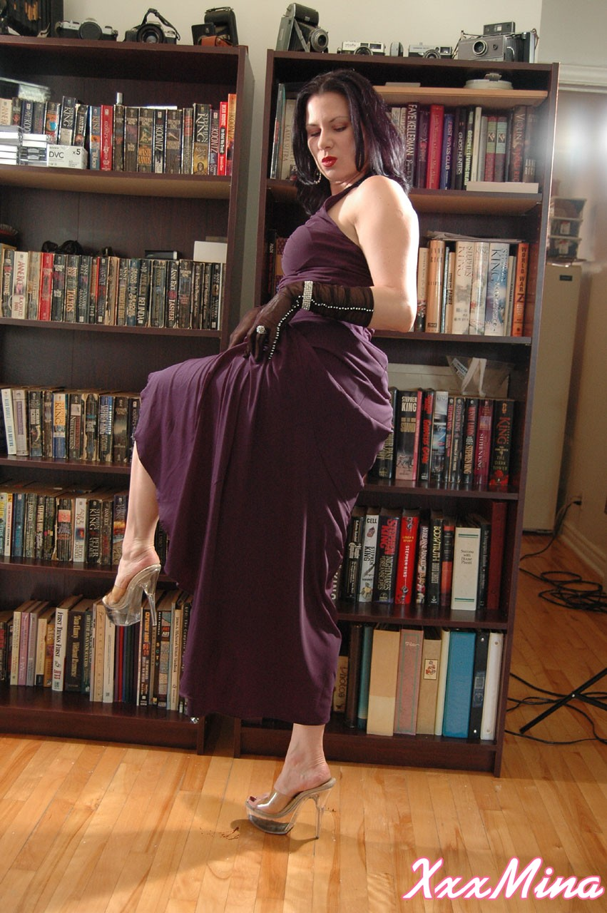 Amateur model Mina Gorey strips naked in gloves and heels afore a bookcase