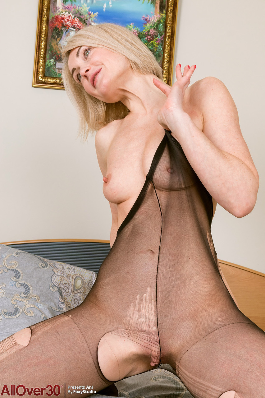 Slim 30 plus female Ani pulls down her pantyhose after removing her onesie