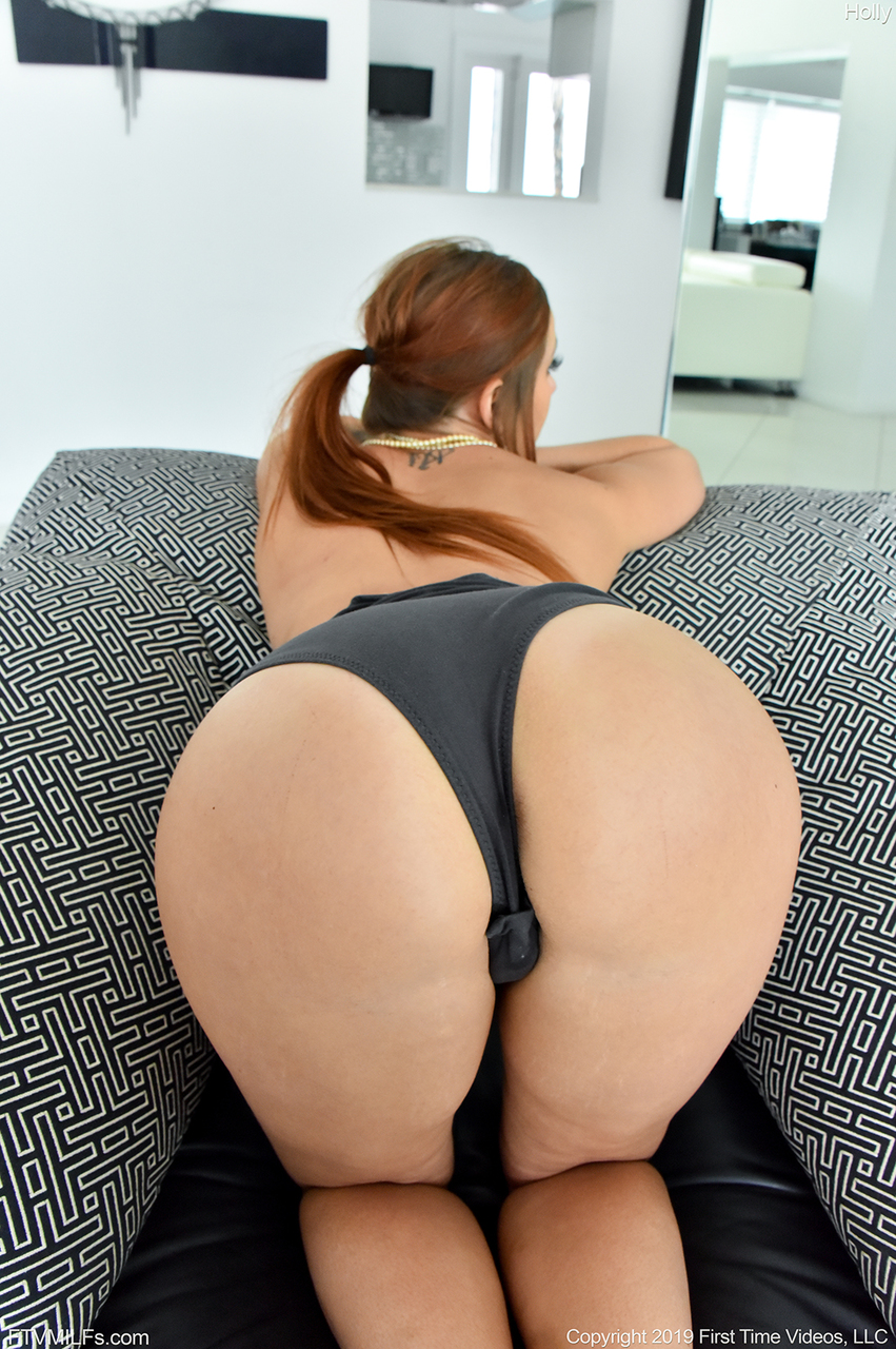 Amateur chick with red hair Danielle removes her bodysuit before dildoing