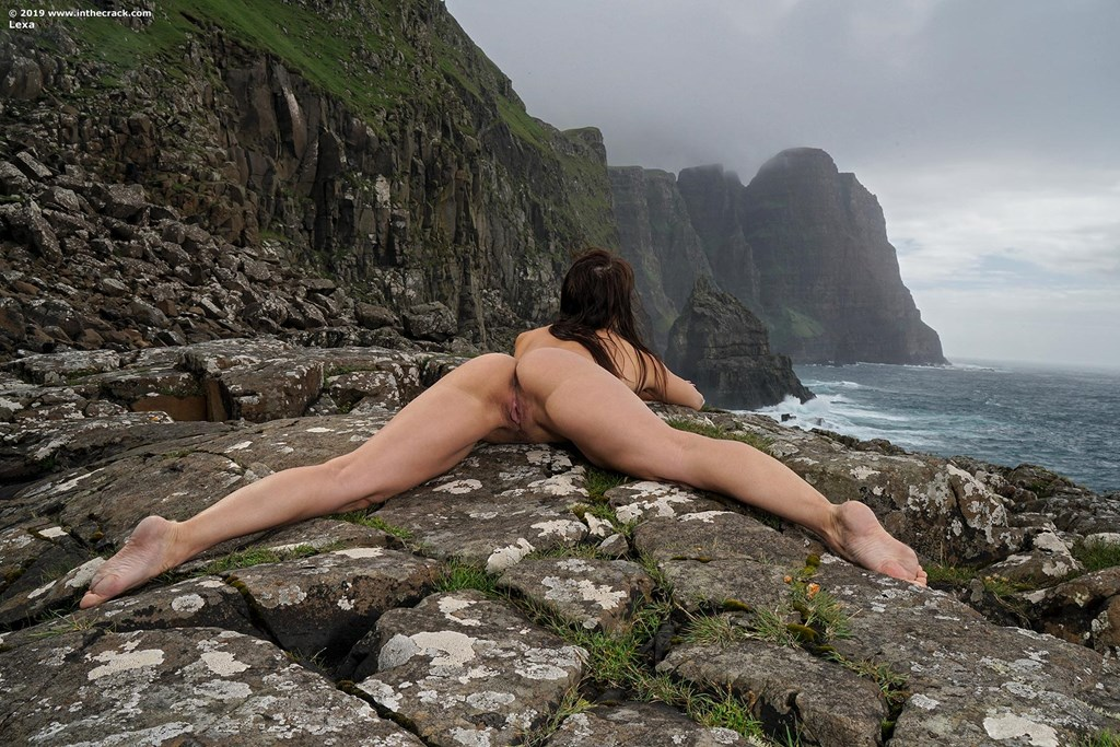 Solo girl Lexa pets her snatch after baring her juicy butt near the ocean