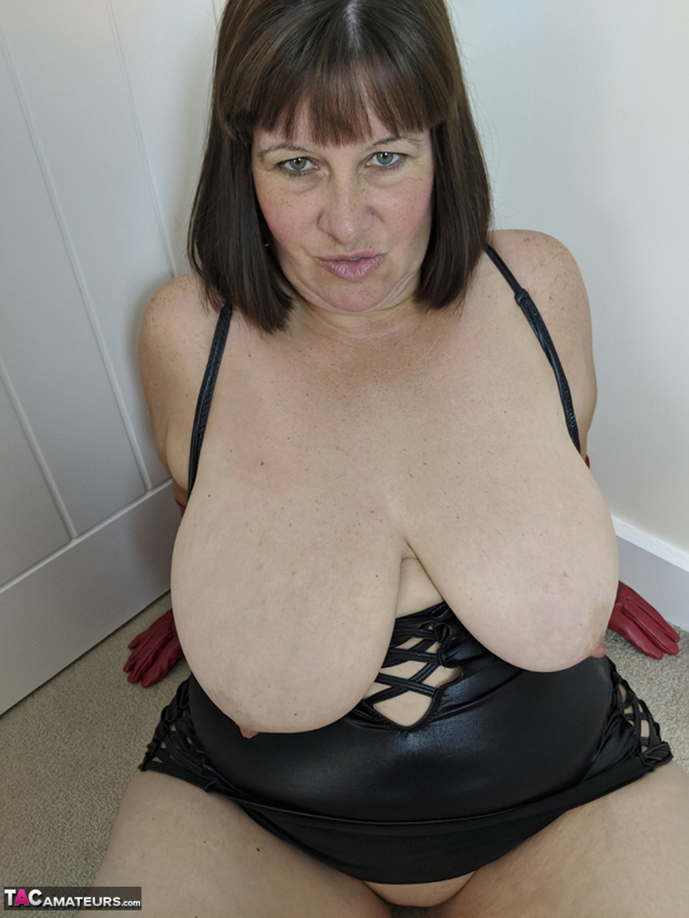Mature amateur Mrs Leather takes a facial cumshot in red leather gloves