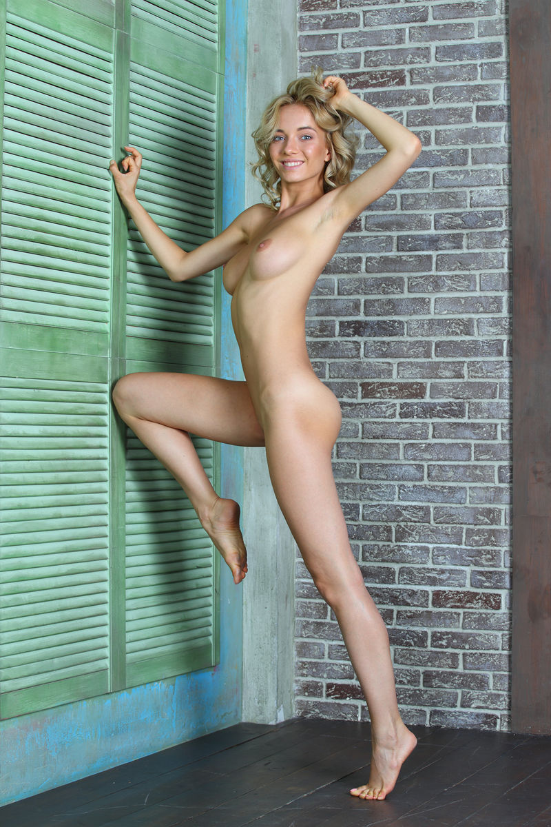 Slender blonde Annabell flaunts her sexy ass while posing in the nude